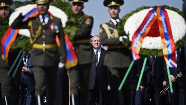Президент Армении Армен Саркисян  на церемонии возложения цветов к Вечному огню у Мемориала жертв геноцида армян Цицернакаберд в Ереване. 24 апреля 2018
