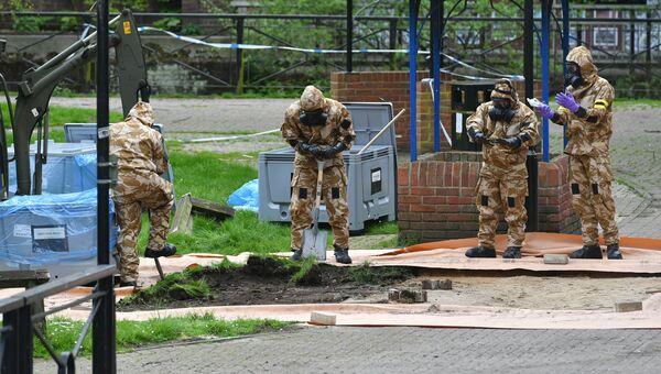 Военнослужащие Британии в Солсбери рядом с местом, где был найден Сергей Скрипаль и его дочь. 24 апреля 2018