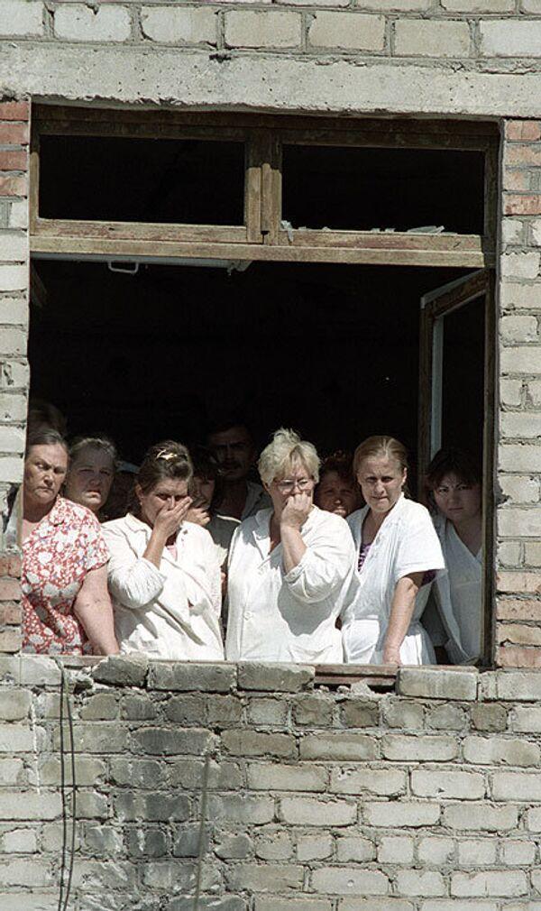 Медицинские сотрудники и пациенты Буденновской городской больницы, захваченные в качестве заложников группой боевиков Басаева