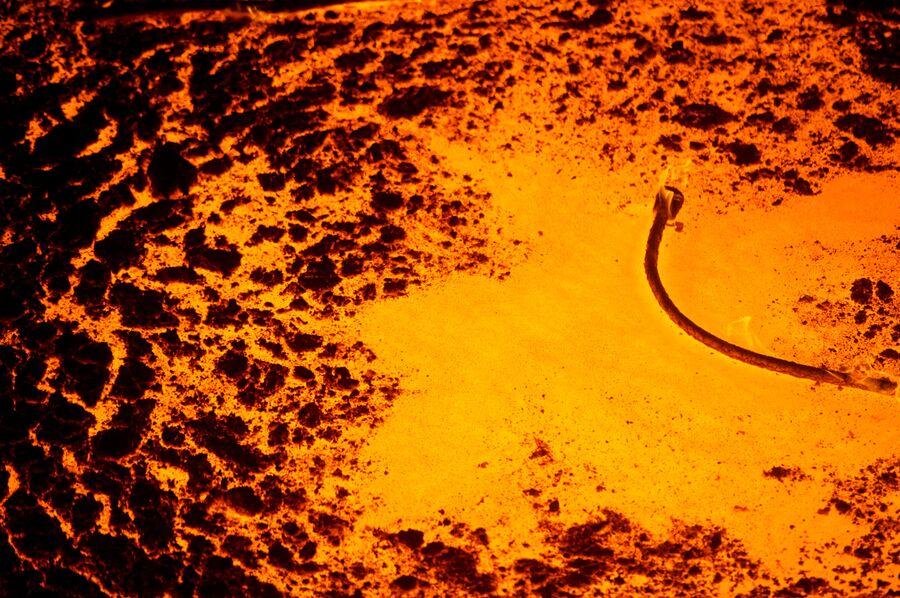 Шлак на поверхности жидкого металла