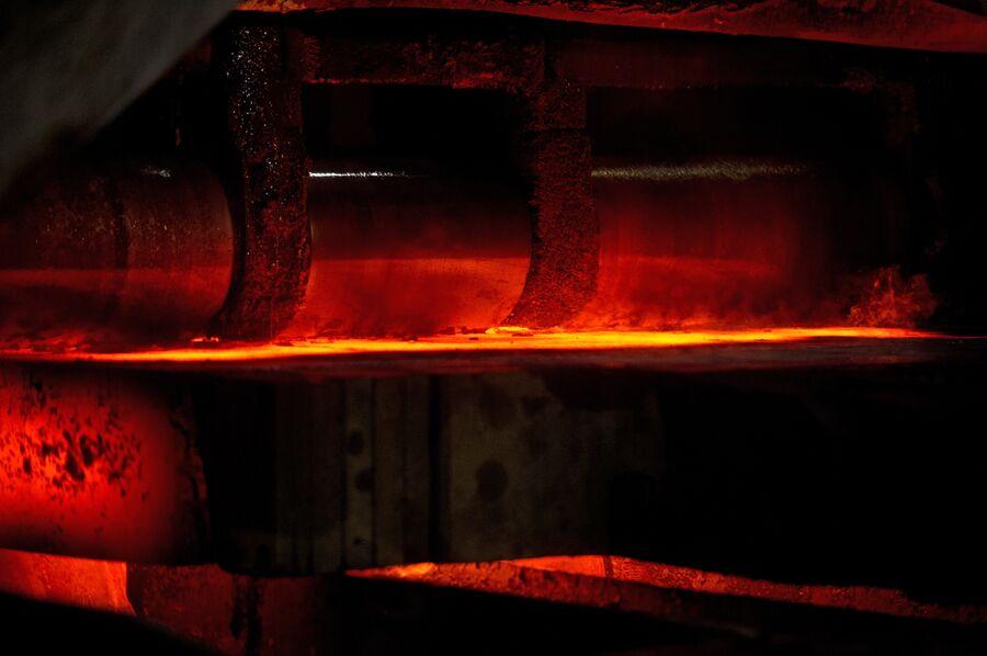 Горячераскатанная полоса стали в цехе горячего проката