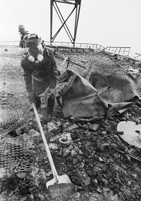 Люди очищают кровлю поврежденного реактора после аварии на Чернобыльской АЭС. 1986 год