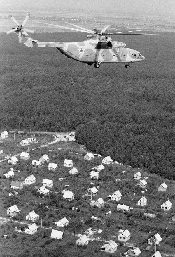 Вертолет Ми-26 с дозиметристами на борту контролирует обстановку в районе Чернобыльской АЭС после катастрофы. 1986 год