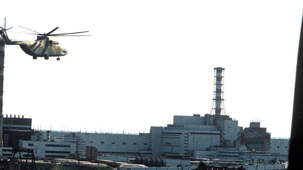 Вертолеты ведут дезактивацию зданий Чернобыльской атомной электростанции после аварии. 1986 год