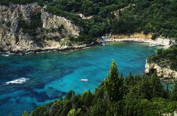 Вид на побережье Адриатического моря в деревне Палеокастрица на греческом острове Корфу