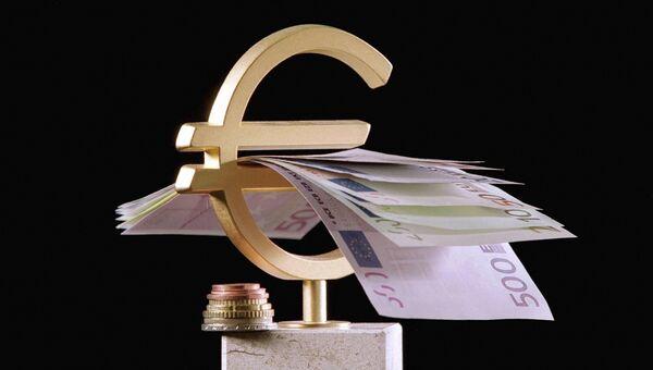 Монеты и банкноты евро. Архивное фото
