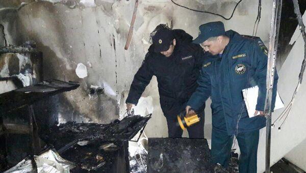 Сотрудники полиции и МЧС на месте пожара в здании ГБУЗ РКБ им. Г.Г. Куватова в Кировском районе, Уфа. 26 апреля 2018