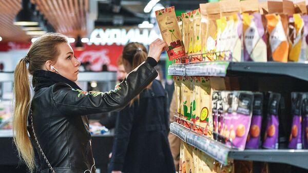 Покупательница в супермаркете Перекресток