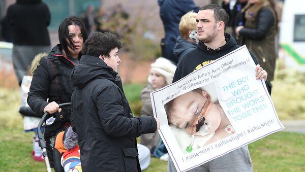 Акция в поддержку тяжелобольного Элфи Эванса в Ливерпуле