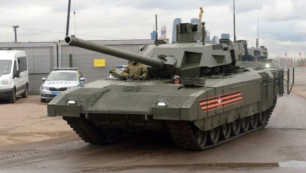 Танк Т-14 Армата перед началом репетиции военного парада в Москве