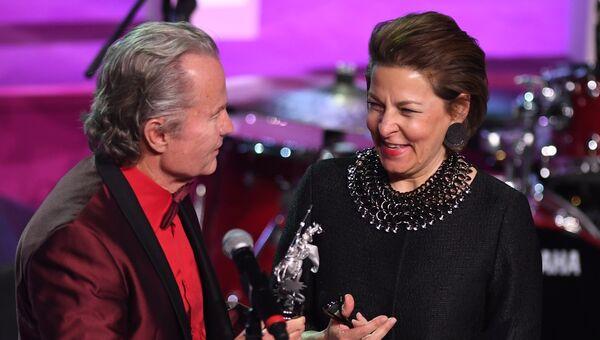 Член жюри основного конкурса, актер Джон Сэвэдж вручает приз за лучшую женскую роль Московского кинофестиваля Джованне Меццоджорно