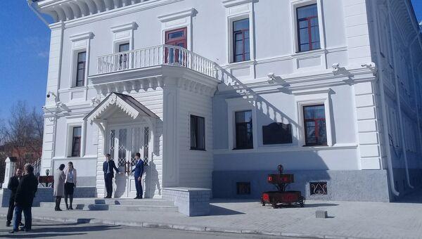 Здание музея - Губернаторский дом, где жила в ссылке царская семья