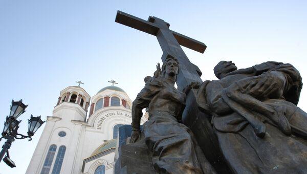 Скульптурная композиция, изображающая царскую семью, на территории Храма-на-Крови в Екатеринбурге