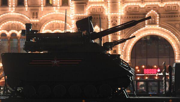 Роботизированный комплекс Уран-9 на ночной репетиции военного парада на Красной площади, посвященного 73-й годовщине Победы в Великой Отечественной войне.