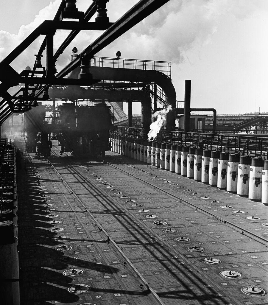 Загрузочная площадка коксо-химического цеха Новолипецкого металлургического комбината (НЛМК). 1960 год