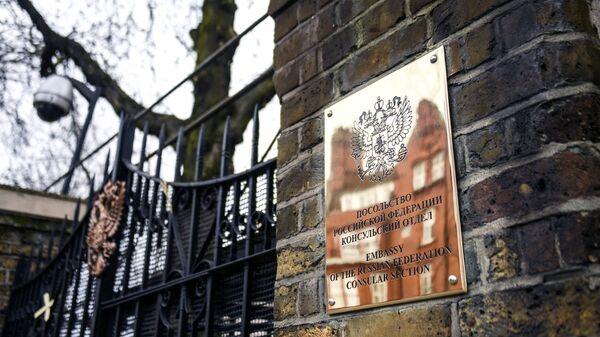 Табличка на здании российского посольства в Лондоне