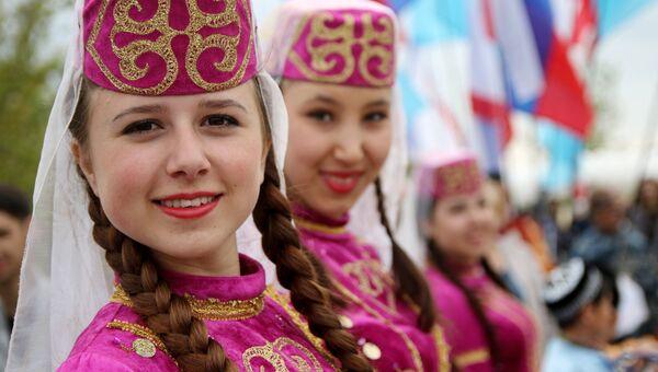 Девушки в национальных костюмах во время празднования Хайдырлеза в городе Бахчисарай