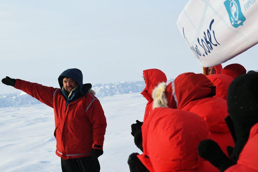 Полярник Матвей Шпаро и участники 10-й Большой арктической экспедиции под его руководством на Северном полюсе