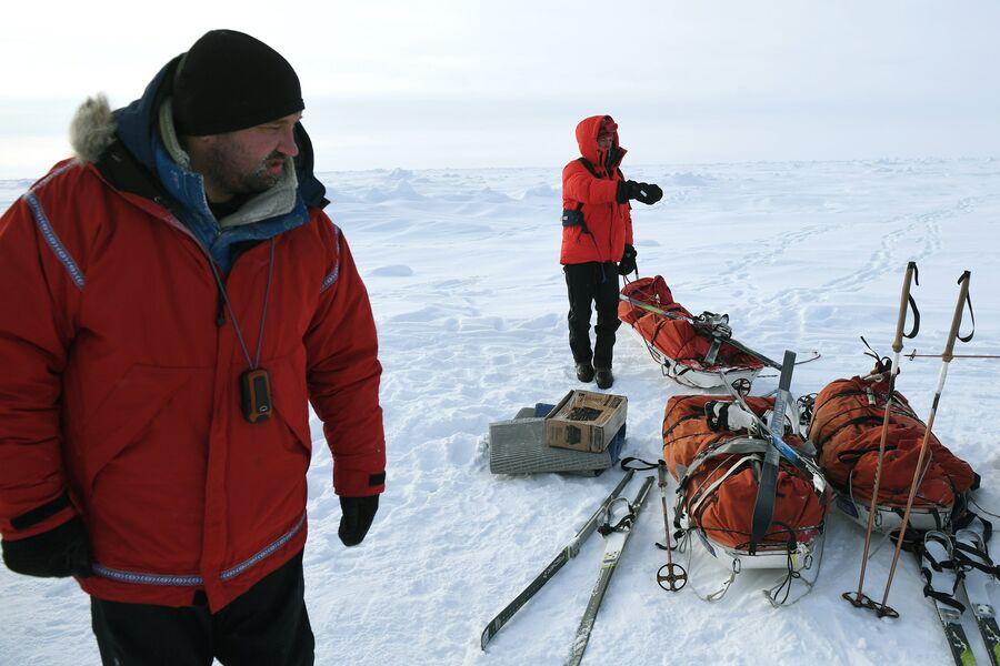 Руководитель 10-й Большой арктической экспедиции, полярник Матвей Шпаро (слева) на Северном полюсе