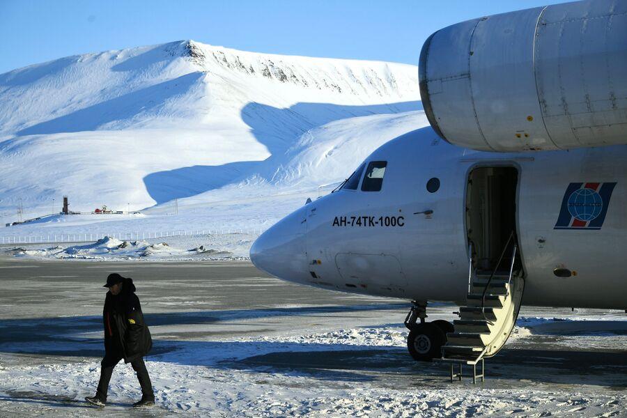Самолет с участниками 10-й Большой арктической экспедиции под руководством полярника Матвея Шпаро приземлился в аэропорту Лонгйир в Шпицбергене