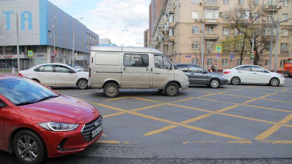 Дорожная разметка нового типа (вафельная) на перекрестке улиц Ленинской Слободы и Велозаводской в Москве