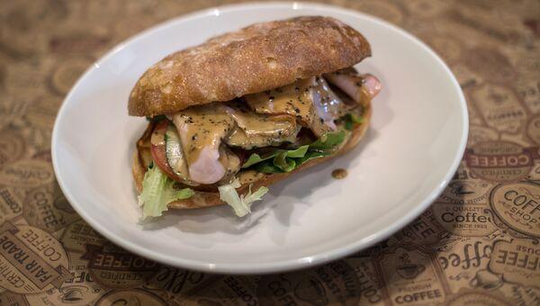 Сэндвич с фермерским карбонатом и перечным соусом в ресторане Breakfasteria в Ростове-на-Дону