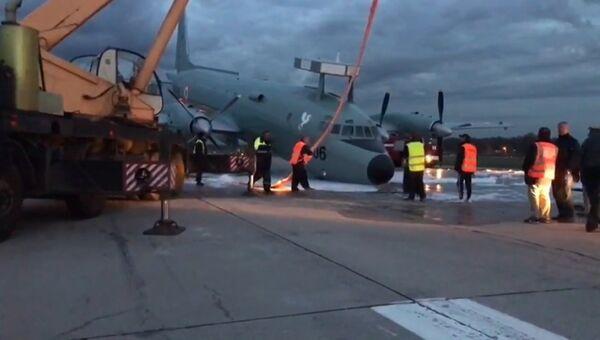 Сотрудники аэропорта краном подняли с ВПП аварийно севший Ил-38 в Жуковском
