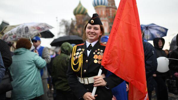 Участница первомайской демонстрации на Красной площади в Москве. 1 мая 2018