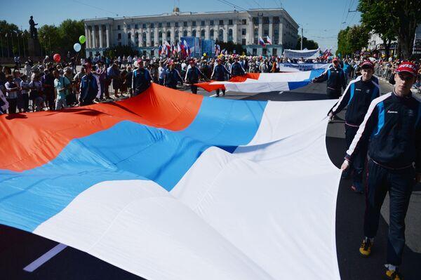 Участники первомайской демонстрации в Симферополе
