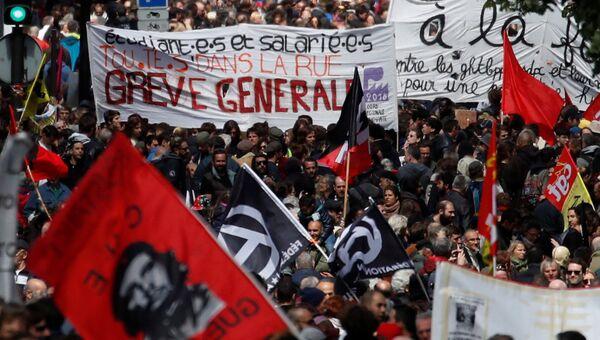 Участники первомайской демонстрации в Париже. 1 мая 2018