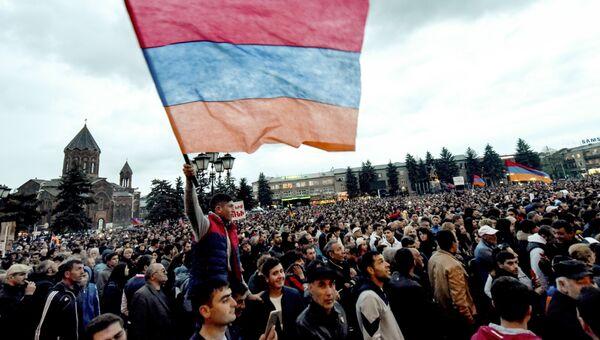Участники митинга сторонников лидера оппозиции в Армении Никола Пашиняна на площади в Гюмри. 27 апреля 2018