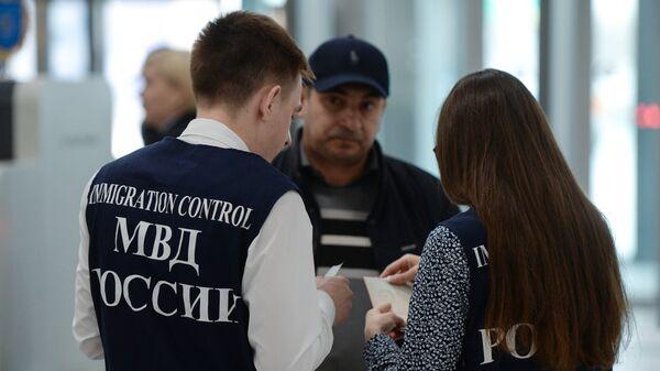 Сотрудники управления по вопросам миграции МВД России