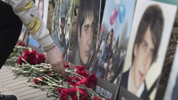 Люди приносят цветы к посольству Украины в Москве в память о погибших в трагедии в Доме профсюзов в Одессе. 2 мая 2017