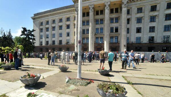Участники траурных мероприятий у Дома профсоюзов на площади Куликово поле в Одессе в память о погибших при пожаре 2 мая 2014 года.  2 мая 2018