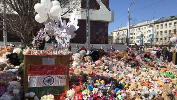 Народный мемориал около ТЦ Зимняя вишня в Кемерово. 3 мая 2018