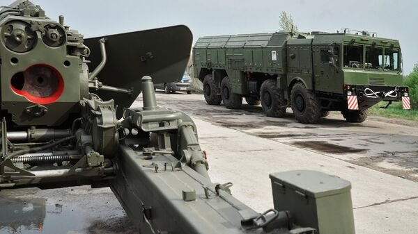 Орудие Гиацинт и ракетный комплекс Искандер во время подготовки боевой техники к участию в военном параде