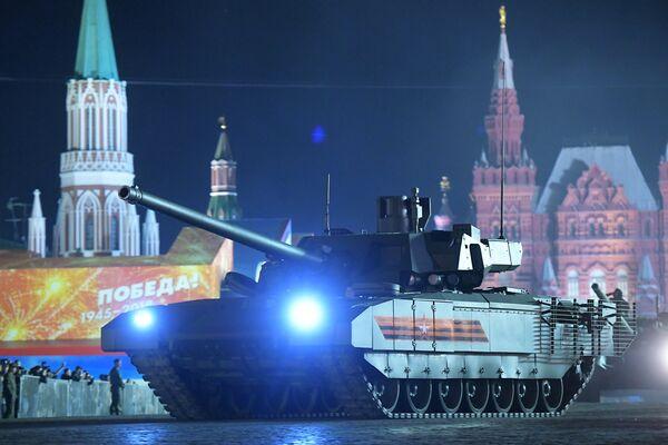 Танк Т-14 Армата на репетиции военного парада на Красной площади, посвященного 73-й годовщине Победы в Великой Отечественной войне