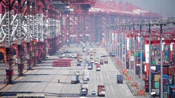 Глубоководный морской грузовой порт Яншань в Китае. Апрель 2018
