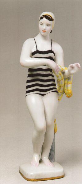 Ефим Гендельман (автор модели), Елизавета Лупанова (автор росписи). Фигура У реки. Купальщица. 1959. ЛФЗ, модель - 1958. Фарфор, роспись надглазурная, золочение