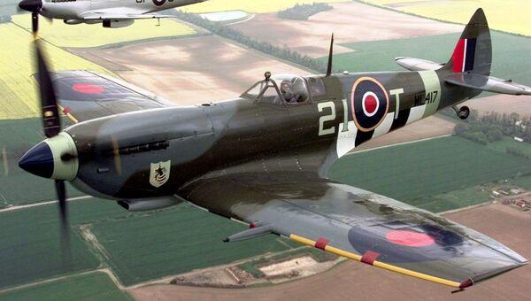 Истребитель Supermarine Spitfire IX (на переднем плане) и Supermarine Spitfire V (на дальнем плане)