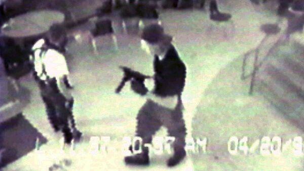 Эрик Харрис и Дилан Клеболда во время стрельбы в школе Колумбайн