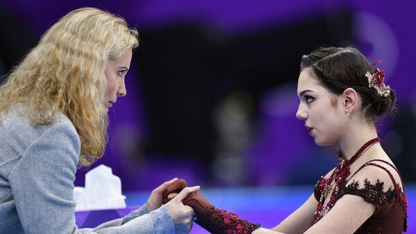 Этери Тутберидзе и фигуристка Евгения Медведева (справа)