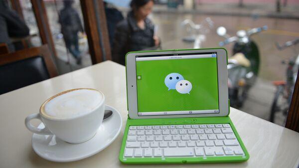 Мобильная коммуникационная система для передачи текстовых и голосовых сообщений под названием WeChat, разработаная в Китае. Архивное фото