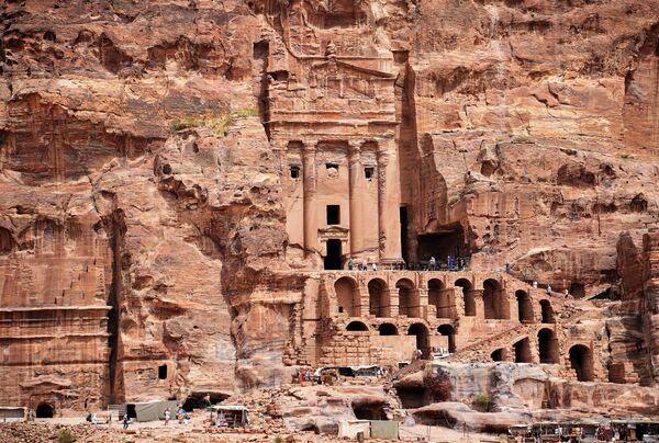 Туристы осматривают храм женщин-воительниц в древнем городе Петра в Иордании