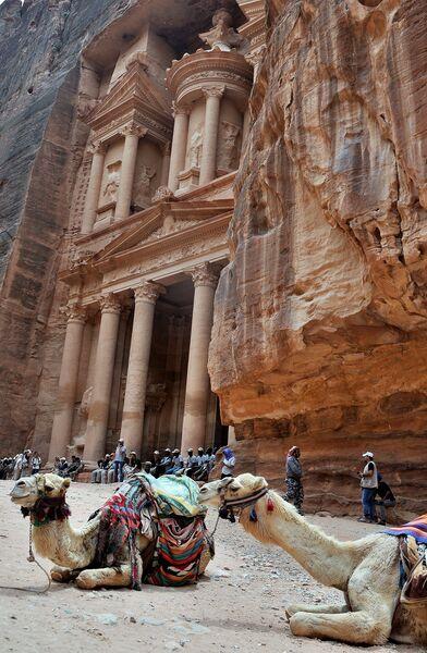 Туристы осматривают скальный храм-мавзолей Эль-Хазне (Сокровищница фараона) в древнем городе Петра в Иордании