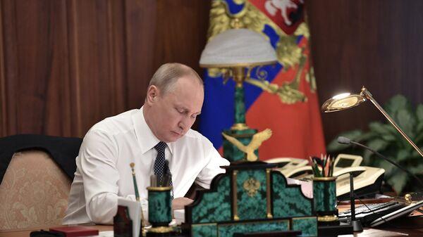 Владимир Путин в рабочем кабинете