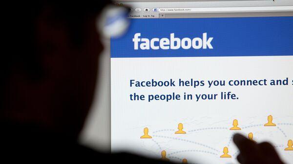 Страница социальной сети Facebook на экране компьютера