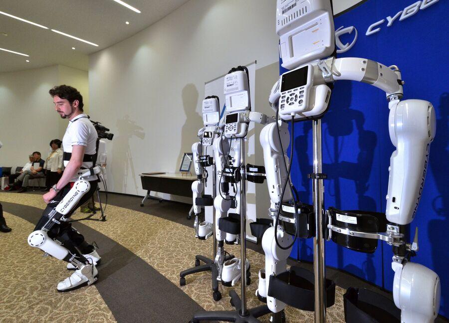Демонстрация возможностей робота-экзоскелета HAL. Токио, Япония