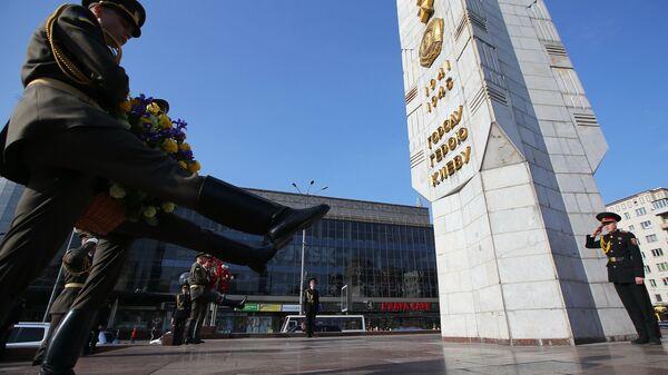 Церемония возложения цветов к памятнику Защитникам и освободителям Киева по случаю Дня памяти и примирения на Украине. 8 мая 2018