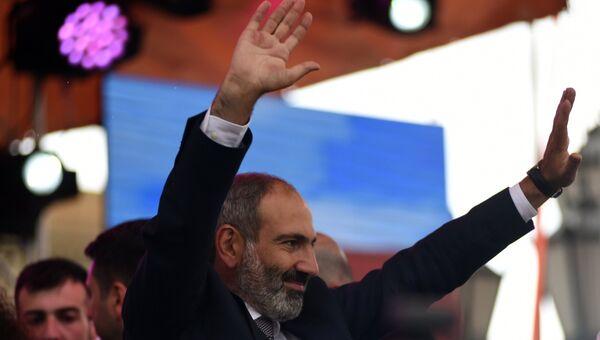 Никол Пашинян вытупает перед своими сторонниками после специального заседания парламента Армении, на котором он был избран премьер-министром Армении. 8 мая 2018